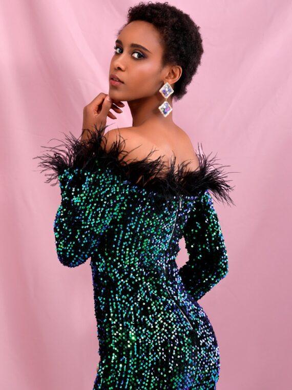 Zielonkawa sukienka maxi wieczorowa z piórami na dekolcie