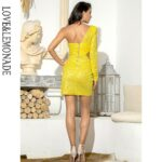 Żółta sukienka z wycięciami w talii na jedno ramię 2