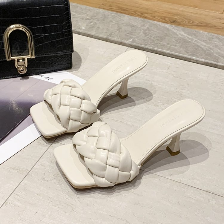 Kremowe plecione klapki na szpilce pikowane buty