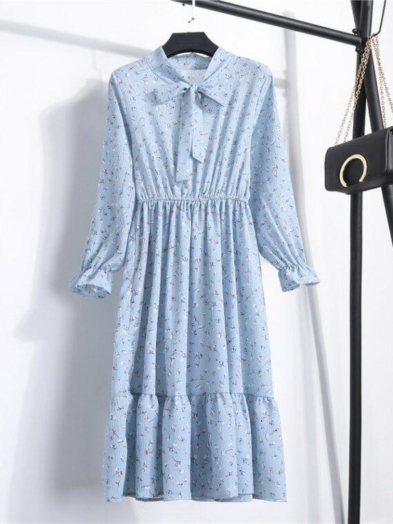 Niebieska sukienka w kwiatki z wiązaniem na szyi do pracy