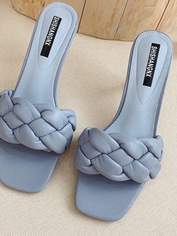 Niebieskie klapki plecione na szpilce pikowane buty