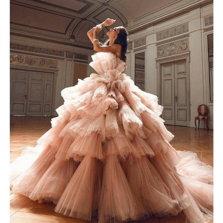Wielowarstwowa suknia ślubna z falbanami z tiulu 1