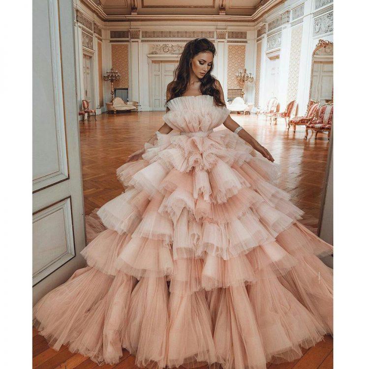 Wielowarstwowa suknia ślubna z falbanami z tiulu 2