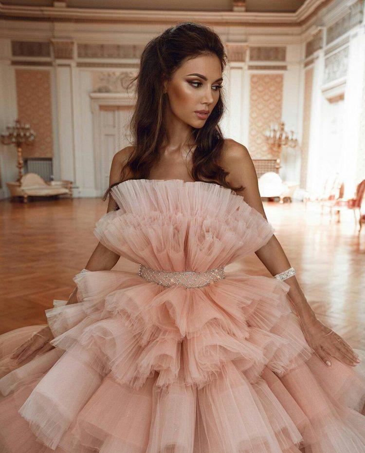 Wielowarstwowa suknia ślubna z falbanami z tiulu