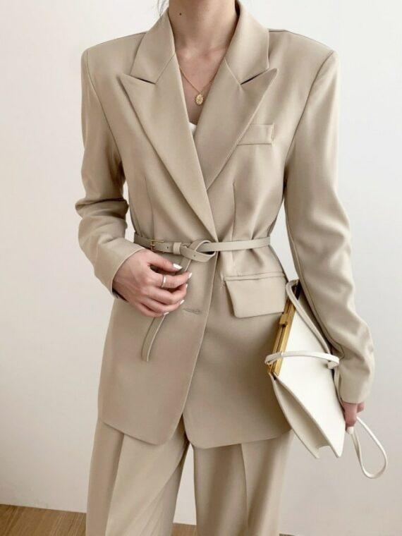 Beżowa sukienka marynarka z paskiem w jednolitym kolorze
