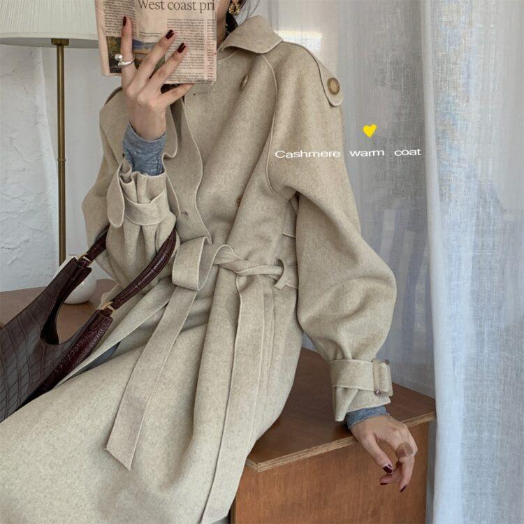 Beżowy jesienny płaszcz typu trencz z paskiem oversize 1