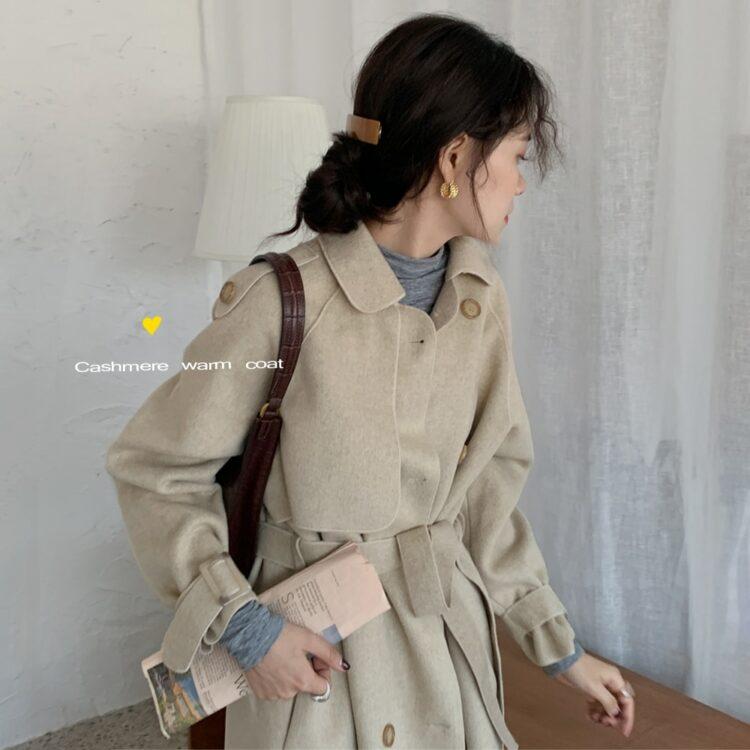 Beżowy jesienny płaszcz typu trencz z paskiem oversize 2