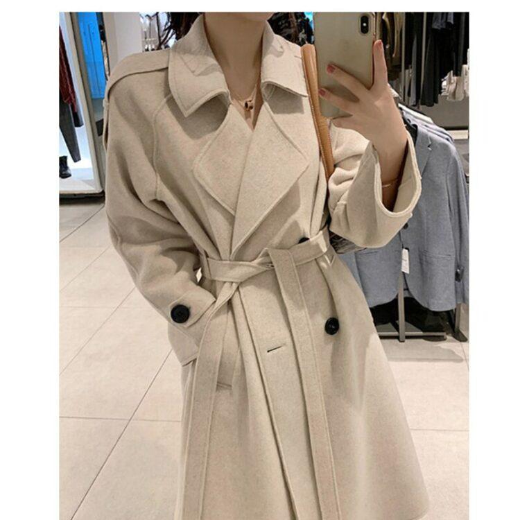 Beżowy płaszcz wełniany damski z paskiem elegancki
