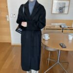 Długi czarny płaszcz damski wełniany z paskiem 1
