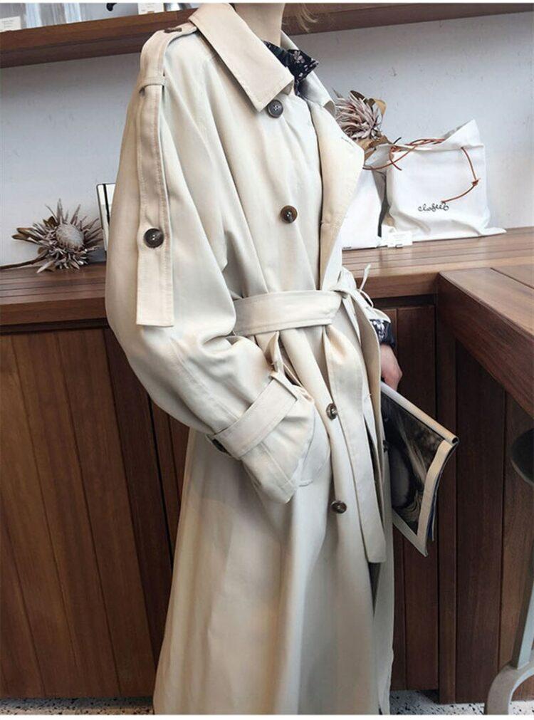 Luźny kremowy płaszcz damski trencz z paskiem