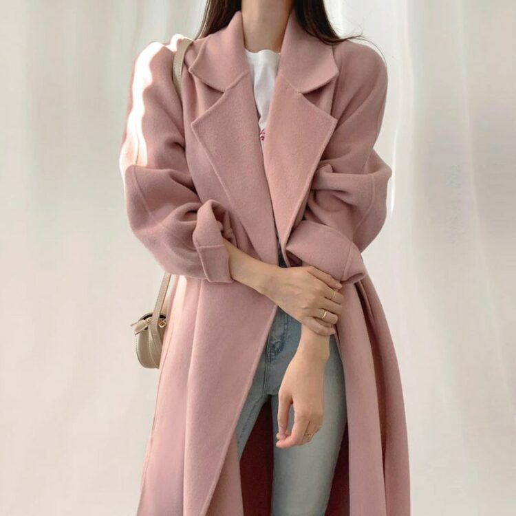 Luźny pudrowy wełniany płaszcz damski z klapami