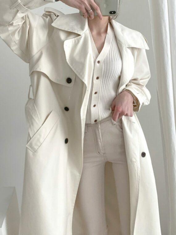 Modny kremowy płaszcz jesienny trencz z pagonami
