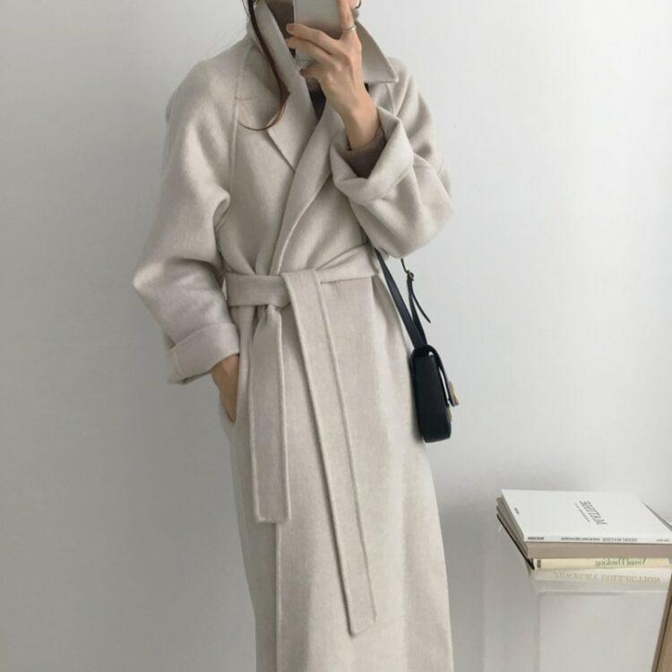 Popielaty długi wełniany płaszcz damski z paskiem